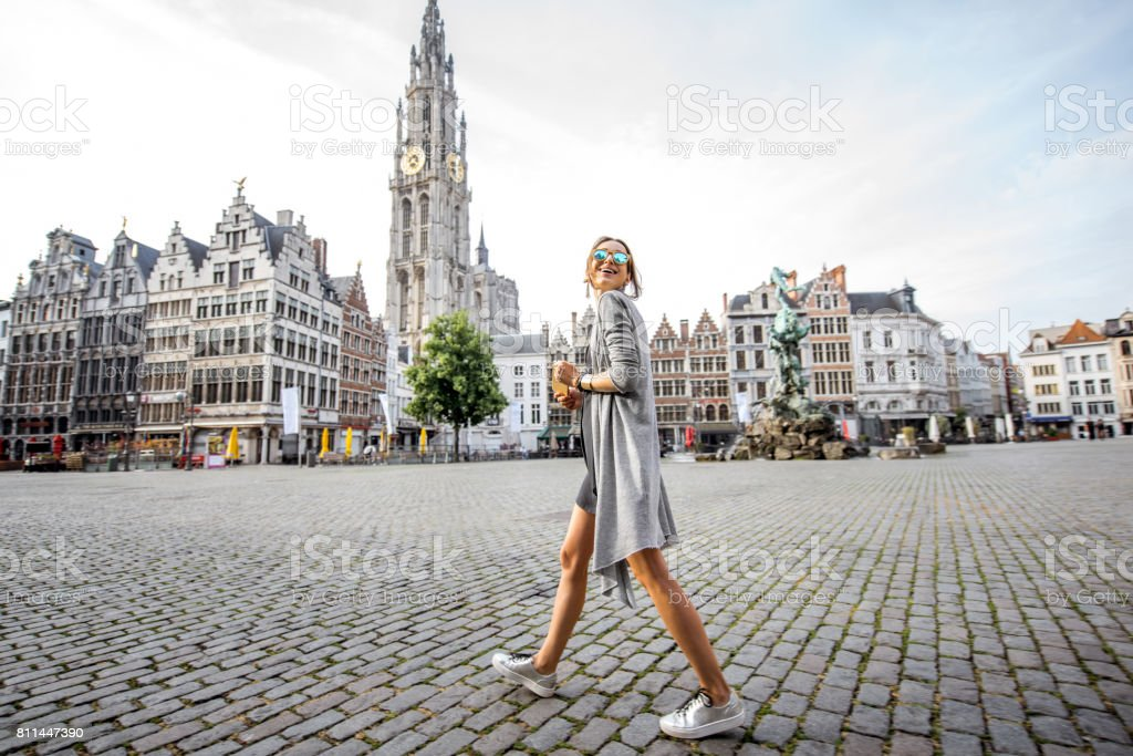Femme voyageant dans la ville d'Anvers, Belgique - Photo