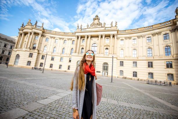 frau in berlin unterwegs - deutsche bibliothek stock-fotos und bilder