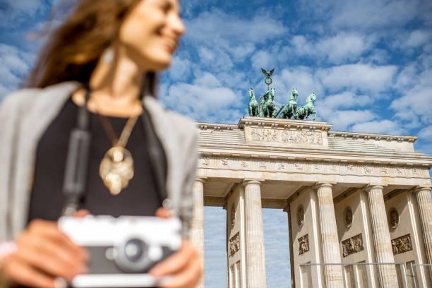 femme voyageant à berlin - camera sculpture photos et images de collection