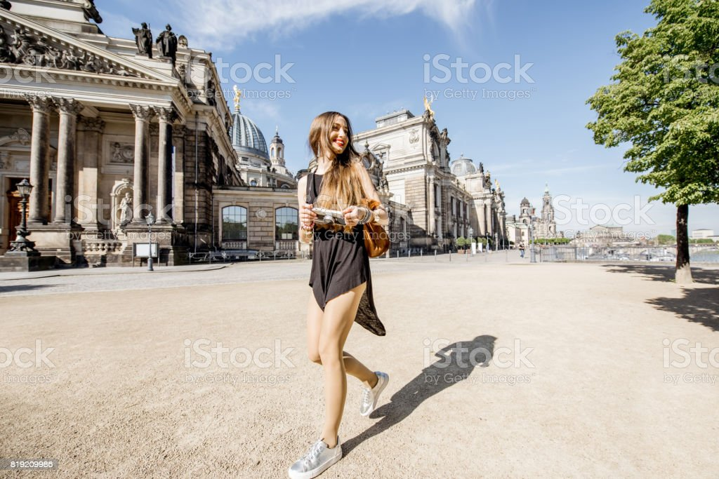 Vrouw Reizen In Dresden City Duitsland Stockfoto en meer