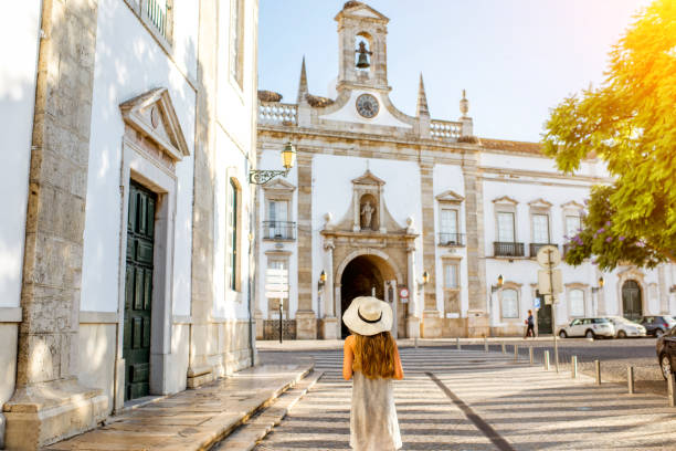 woman traveling in faro town on the south of portugal - algarve imagens e fotografias de stock