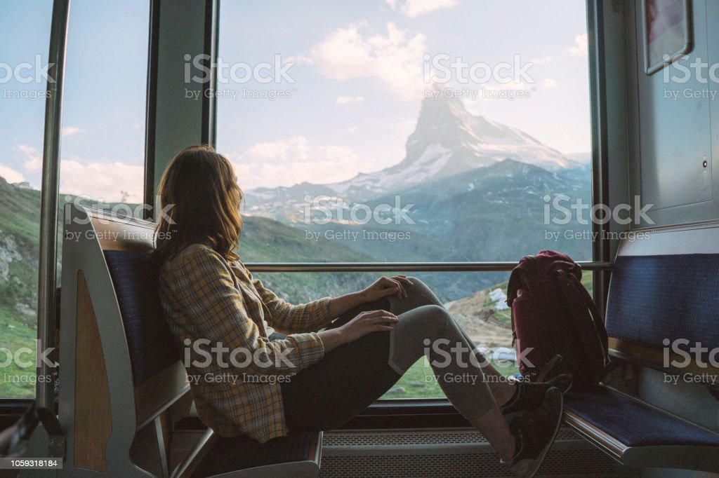 Femme voyageant en train du Gornergrat - Photo de Admirer le paysage libre de droits