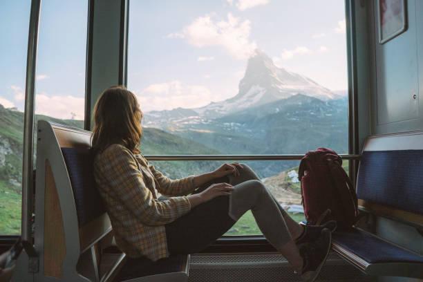 femme voyageant en train du gornergrat - train photos et images de collection
