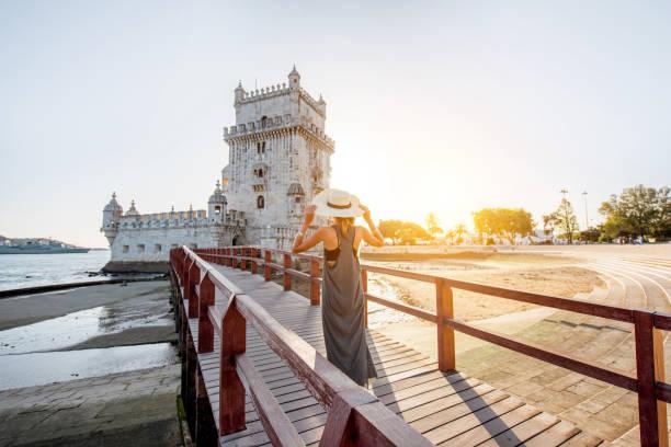 woman traveling in lisbon, portugal - lisbona foto e immagini stock