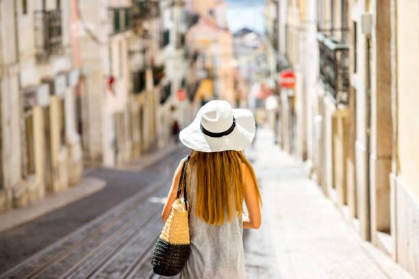 frau in lissabon, portugal reisen - lissabon reise stock-fotos und bilder