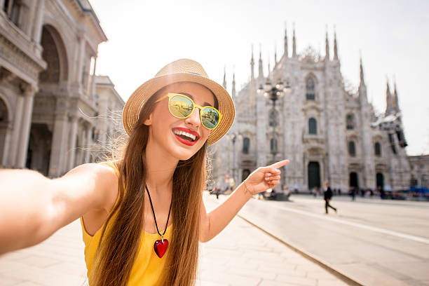 woman traveling in milan - europe points imagens e fotografias de stock