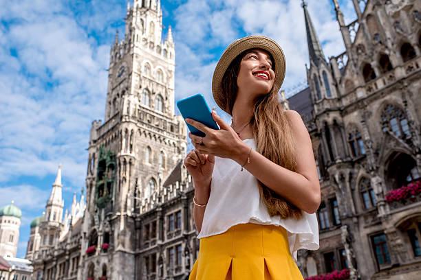 woman traveling in munich - marienplatz foto e immagini stock