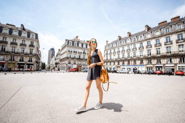femme voyageant dans la ville de nantes, france - nantes photos et images de collection