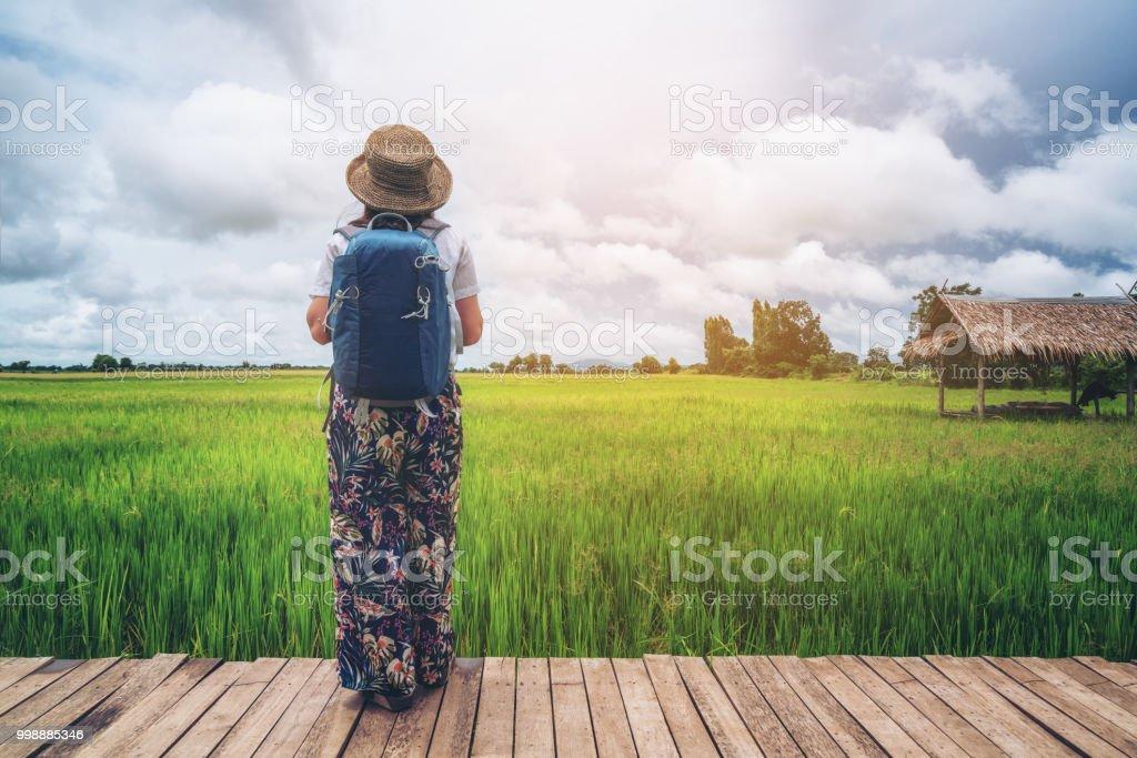 Frau Reisenden asiatischen Reis Feld Landschaft wandern. – Foto
