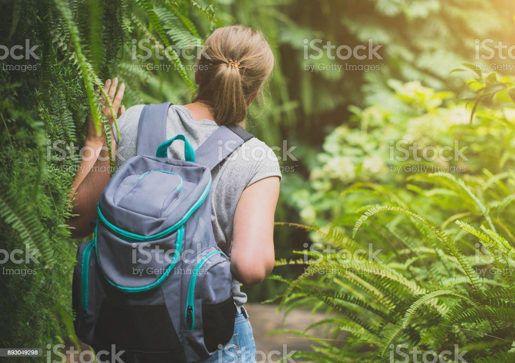 森のバックパックで旅行者女性。 ストックフォト