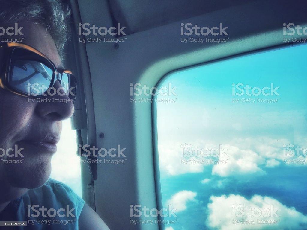 Femme voyageant en avion - Photo