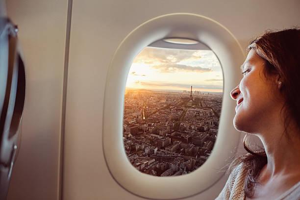 Mujer que viaje a París - foto de stock