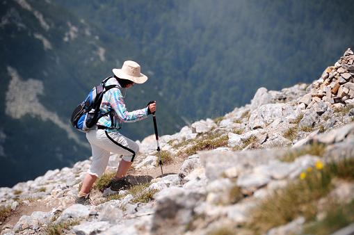 여자 트레킹 높은 산 50-54세에 대한 스톡 사진 및 기타 이미지