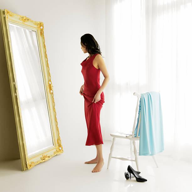 frau versucht auf abendkleidern - lange abendkleider stock-fotos und bilder
