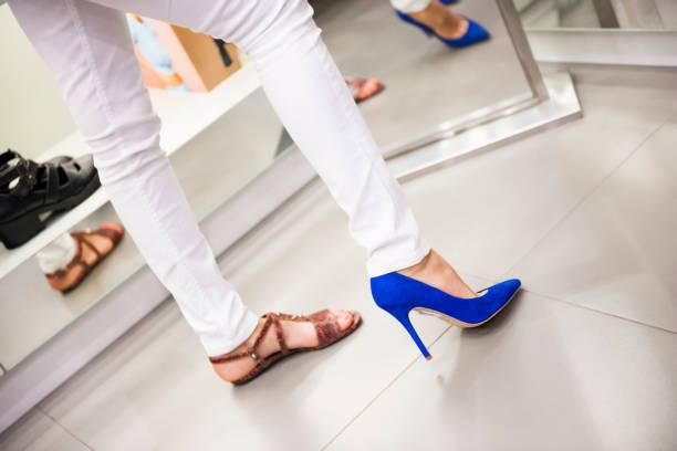 Frau versucht neue Schuhe im Laden – Foto