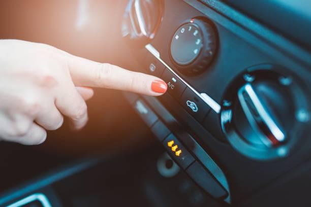 kvinnan vänder på luftkonditionering i sin bil - kvinna ventilationssystem bildbanksfoton och bilder