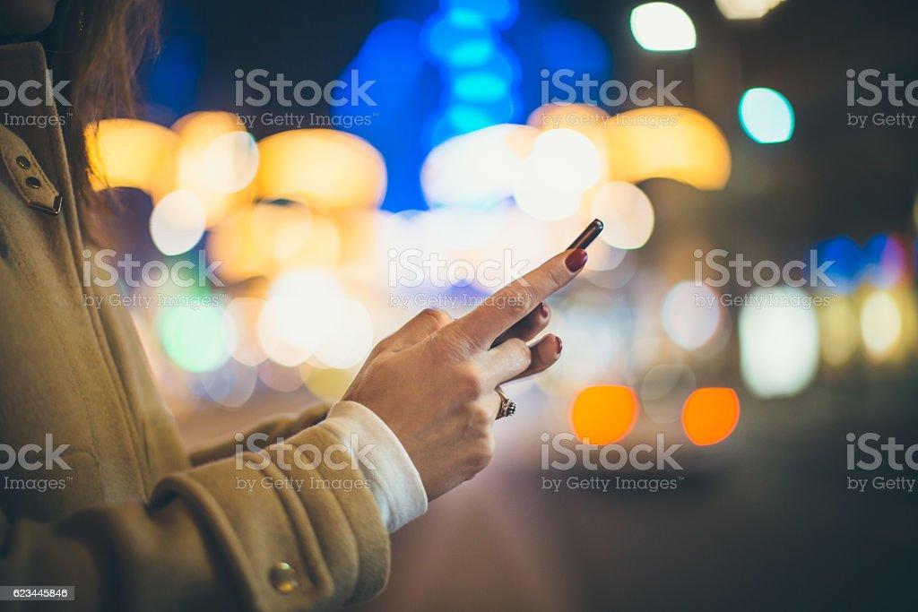 Donna digitando il messaggio - foto stock