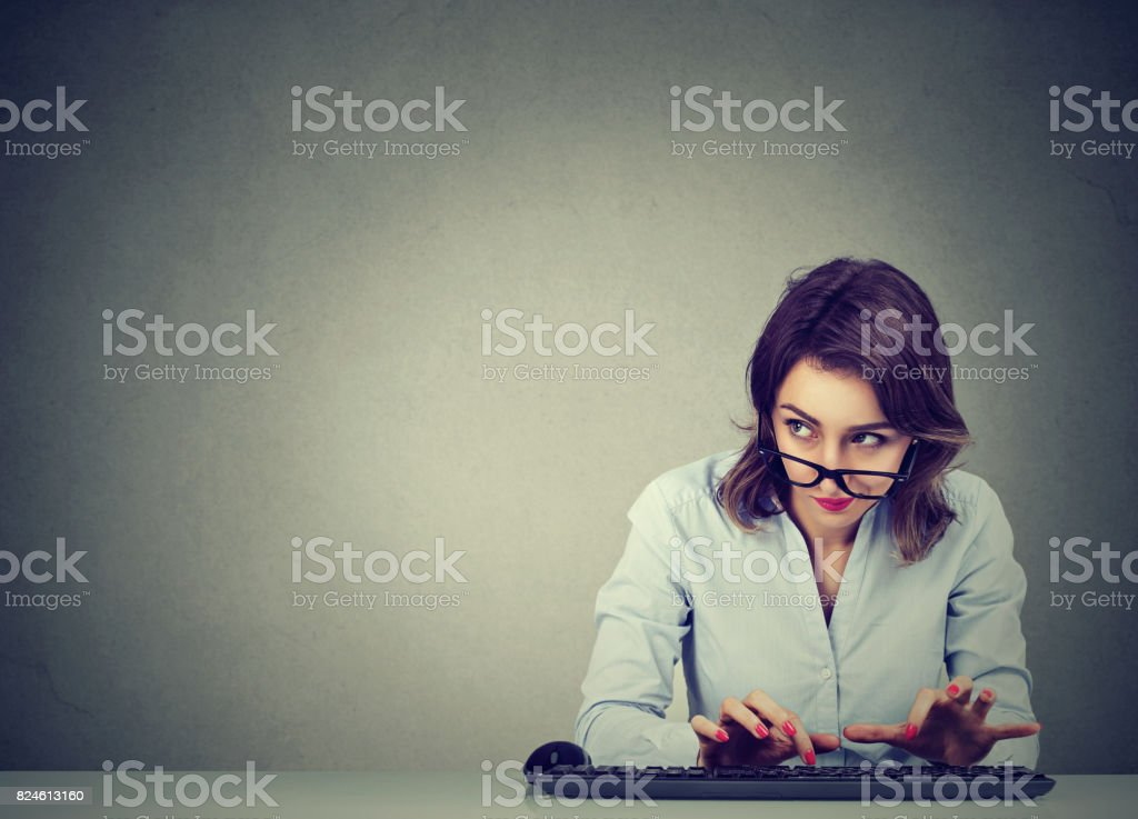 Frau Tippen auf der Tastatur, die Fragen, was Sie Antworten – Foto