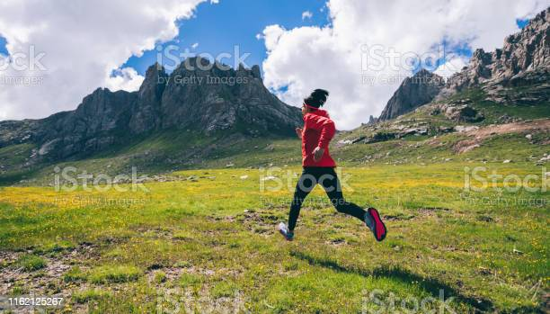 Frau Ultramarathontrailrunner Läuft Auf Schönen Bergen Stockfoto und mehr Bilder von Abenteuer