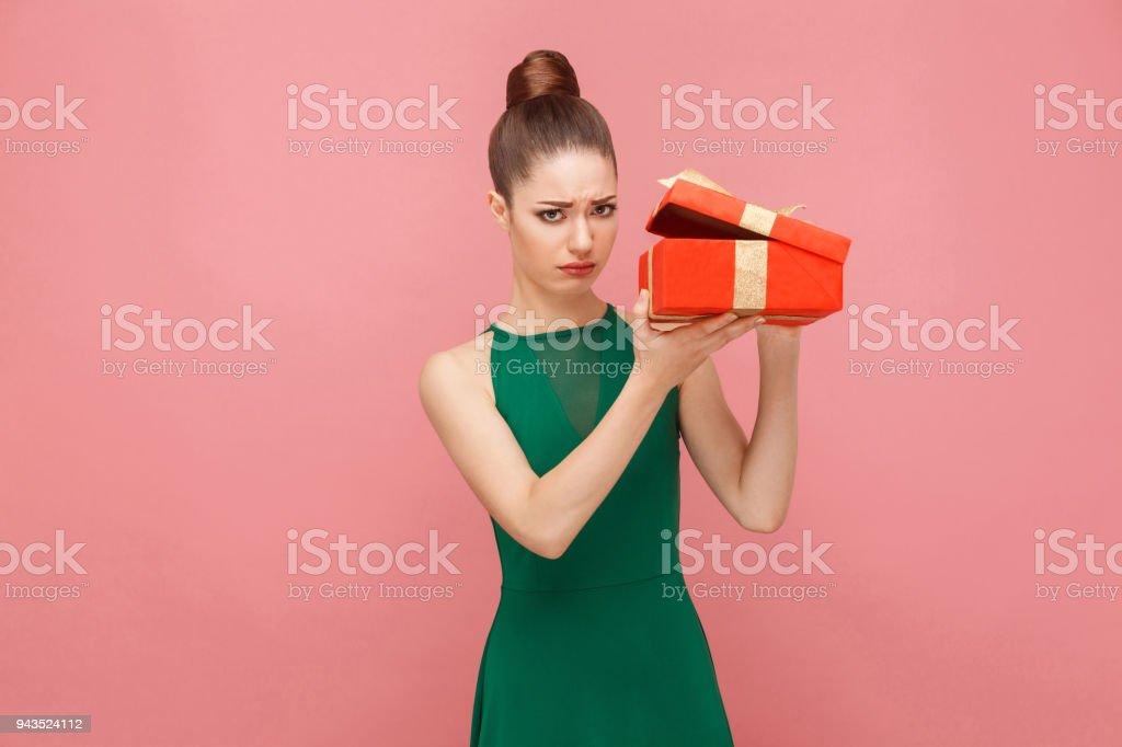 Frau unboxing rot Geschenk Box suchen im Inneren Traurigkeit Aussehen haben – Foto