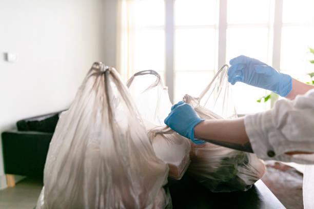Frau packt Lebensmittel aus – Foto