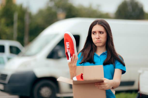 Frau unzufrieden mit Internet-Bestellungen erhält schlechte Schuhe – Foto