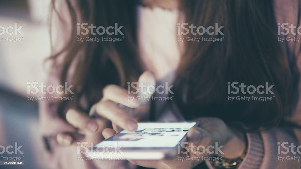 女性ストリートでの携帯電話の使用 ストックフォト