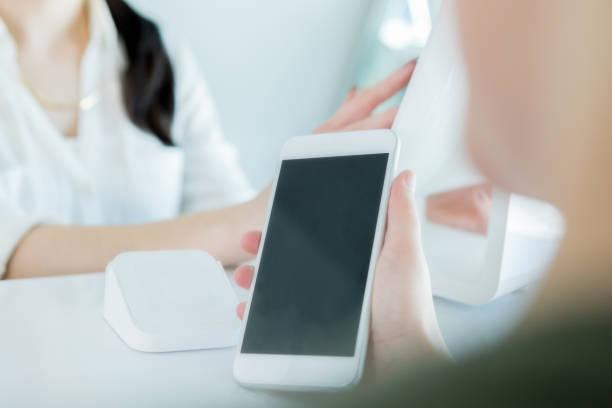 女性は、ヘアサロンで非接触型決済を使用してください。 - 美容室 ストックフォトと画像