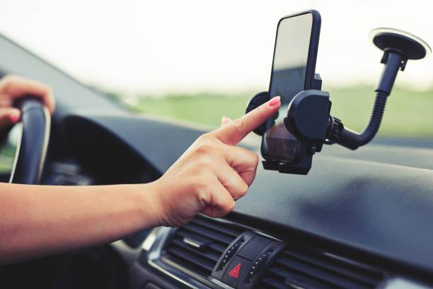 Mujer utiliza navegación en su teléfono móvil - foto de stock