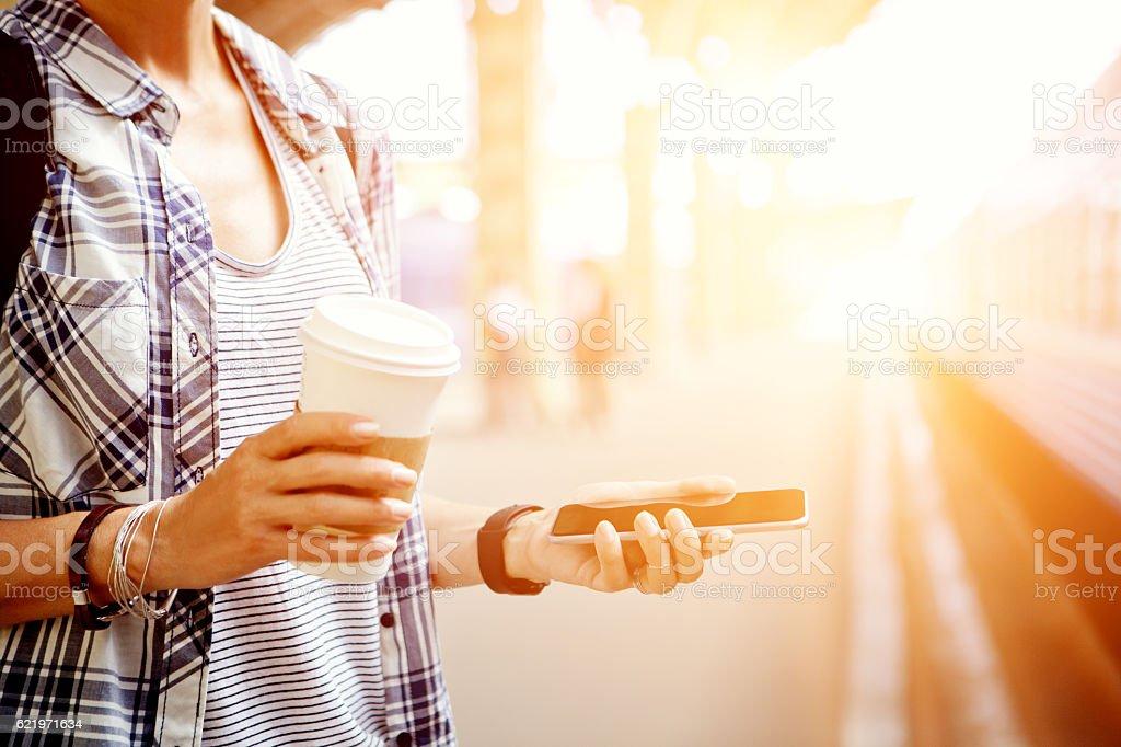 Kobieta używa smartfonów – zdjęcie