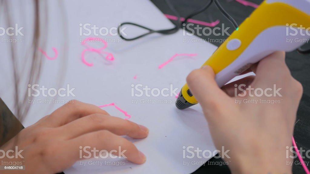 Femme à l'aide d'une plume d'impression 3D - Photo