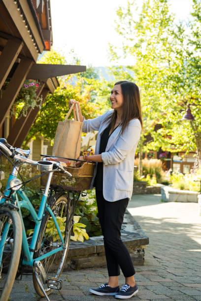 Frau, die mit dem Fahrrad unterwegs ist – Foto