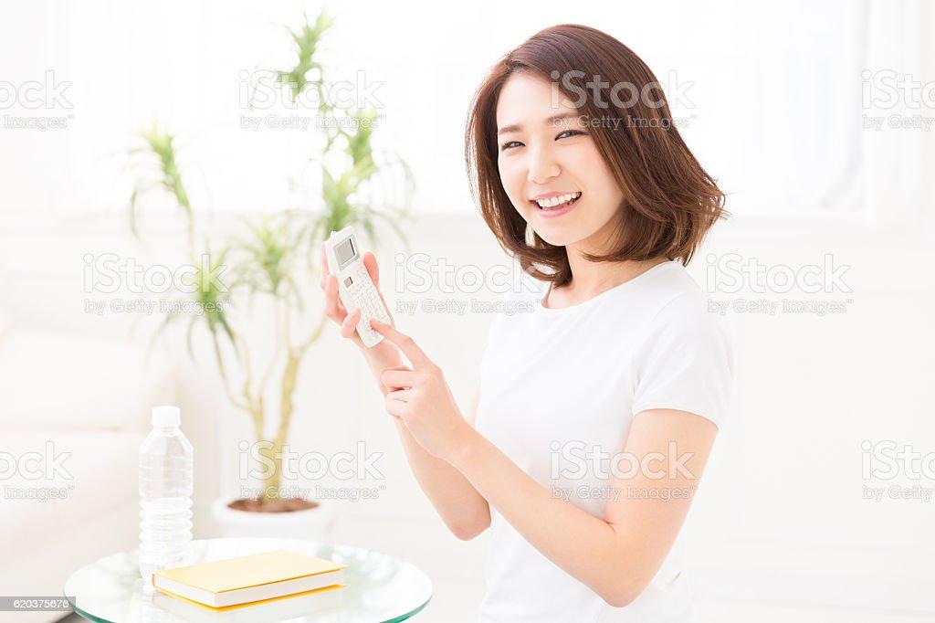 Kobieta za pomocą kalkulatora zbiór zdjęć royalty-free