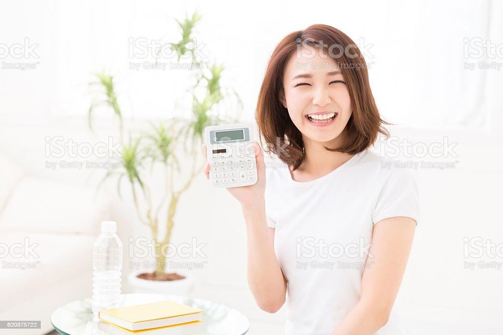 Mulher com uma calculadora foto de stock royalty-free