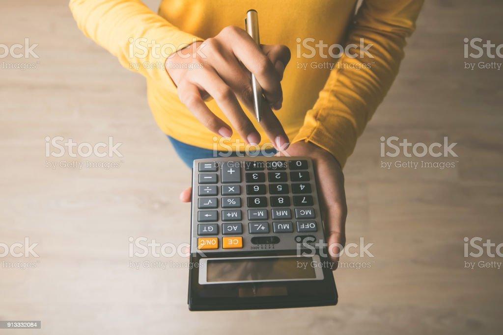 Frau mit einem Rechner mit einem Stift in der hand – Foto