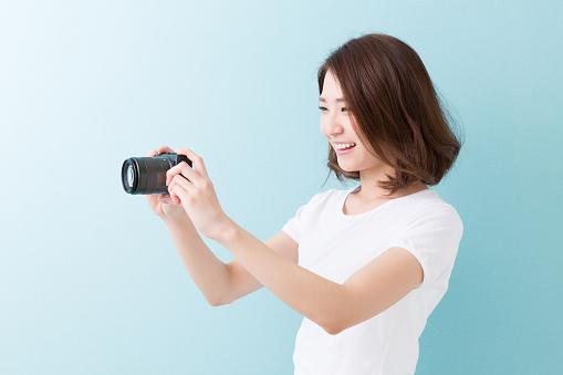 Woman Using A Camera - zdjęcia stockowe i więcej obrazów Aparat fotograficzny