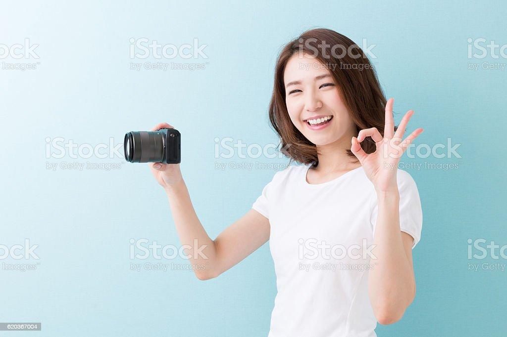 Woman using a camera zbiór zdjęć royalty-free