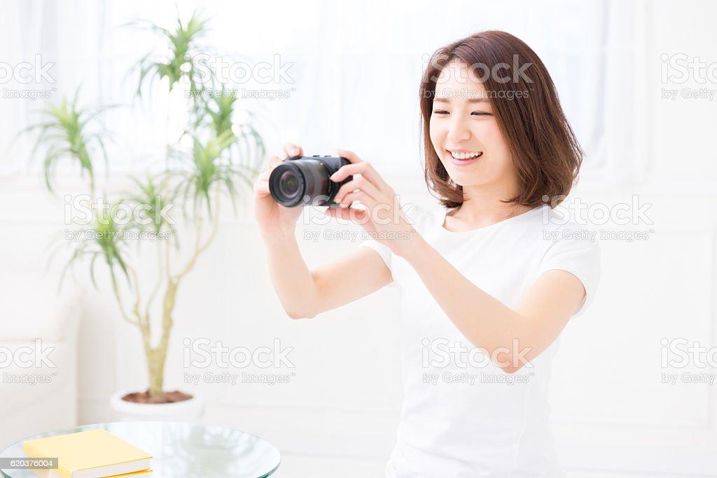 Woman using a camera foto de stock royalty-free