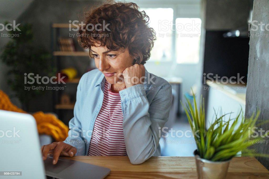 Frau mit einem computer  – Foto