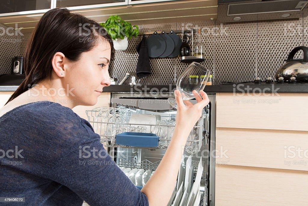 Frau mit Geschirrspüler in eine moderne Küche. - Lizenzfrei 2015 Stock-Foto