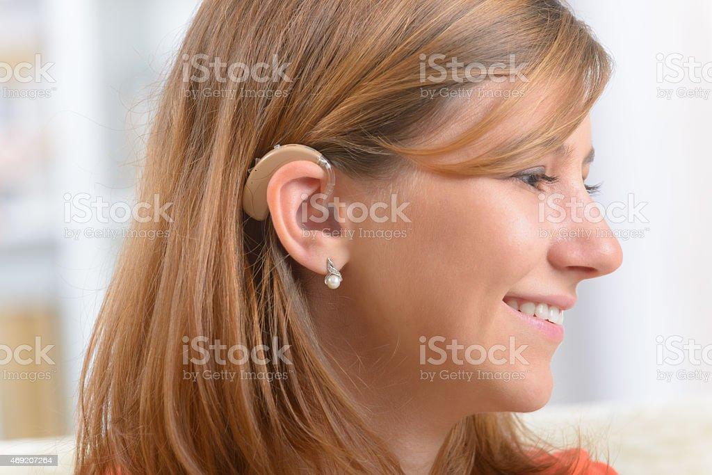 Mulher vestindo surdos ajuda - foto de acervo