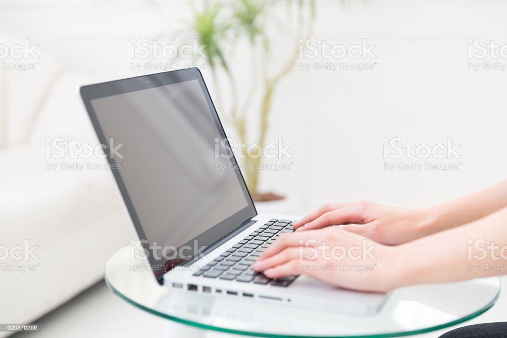 Mulher usando um computador portátil foto de stock royalty-free