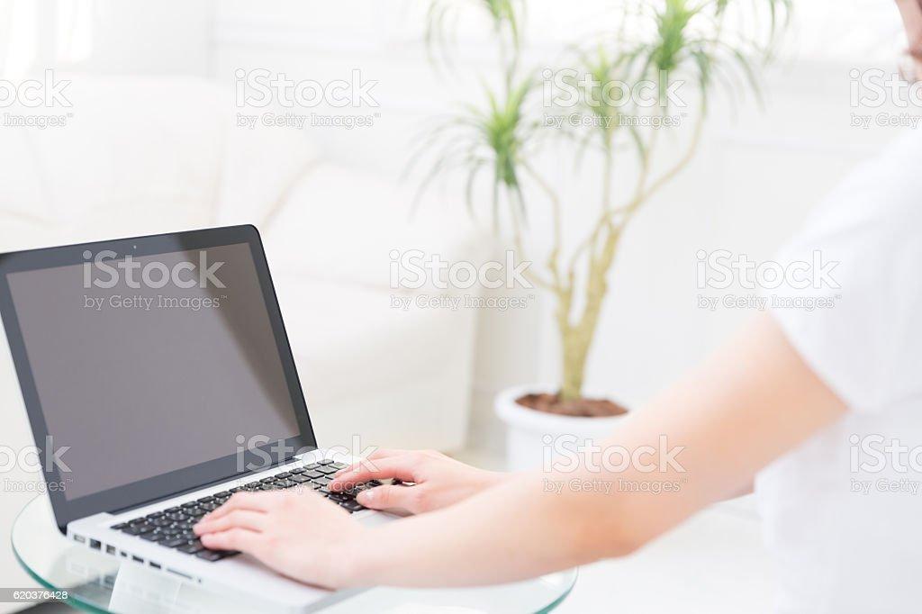 Kobieta za pomocą laptopa zbiór zdjęć royalty-free
