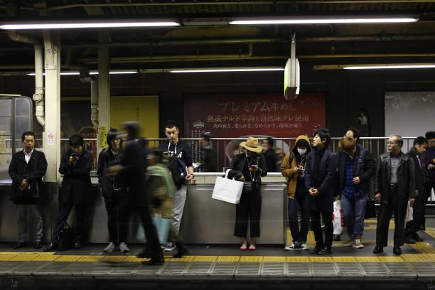 Frau mit einer Maske in Japan – Foto