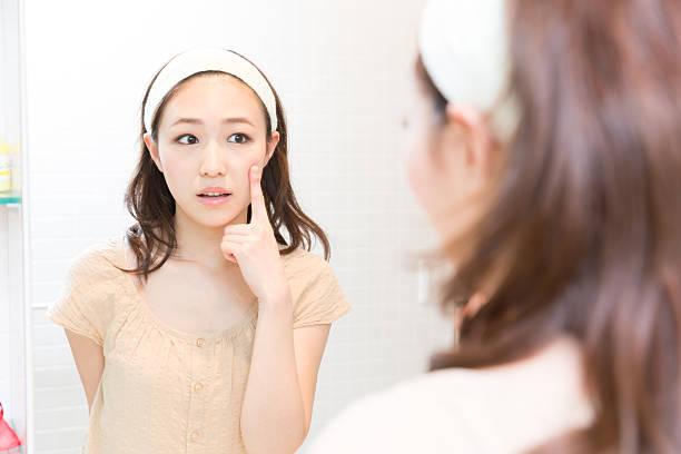Woman using a mirror - Photo