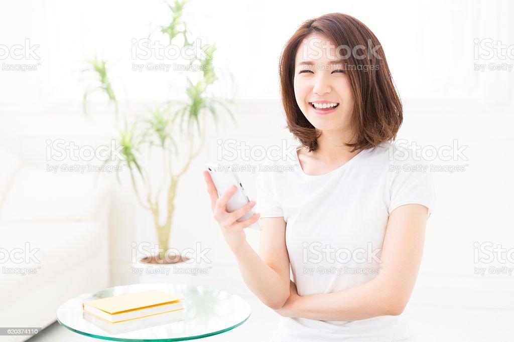 Mulher usando um smartphone foto de stock royalty-free