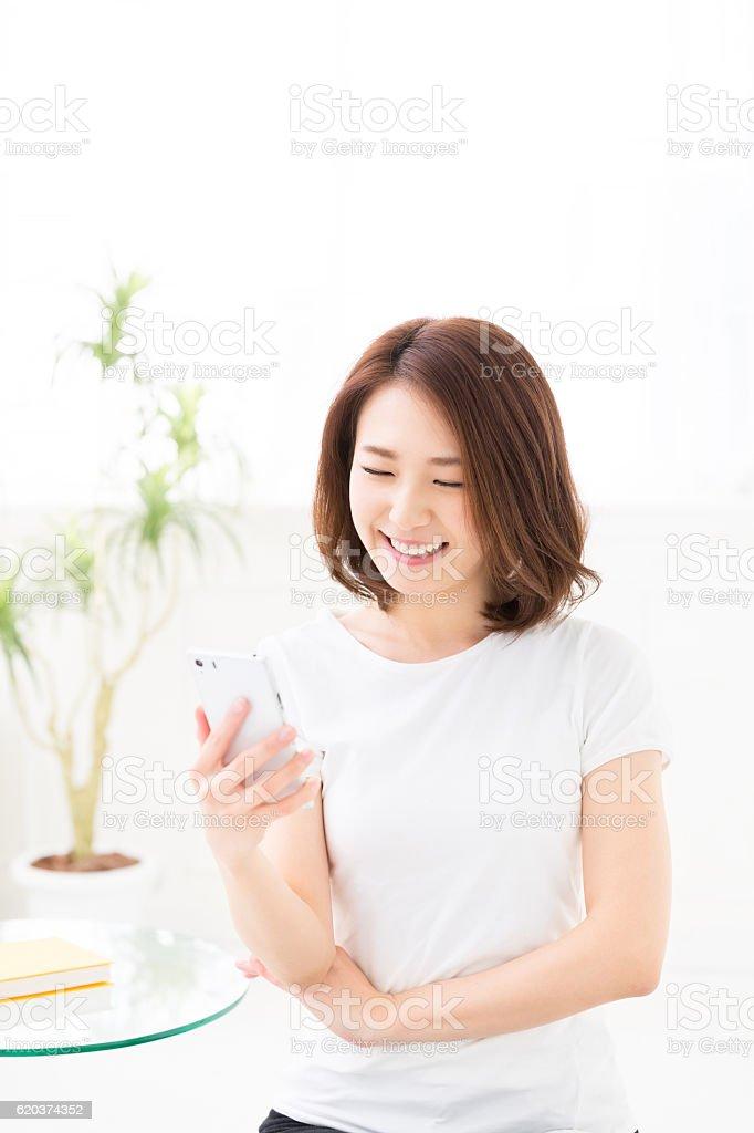 Kobieta za pomocą smartphone zbiór zdjęć royalty-free