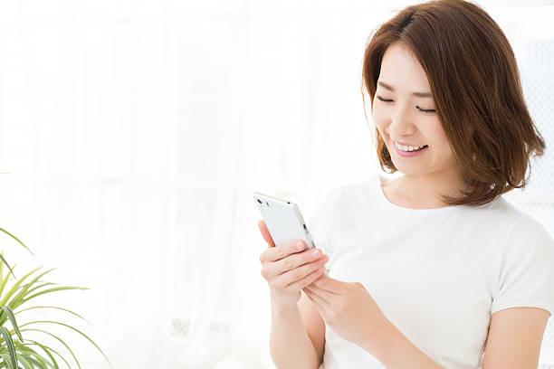 女性のスマートフォンを使用して、 - スマホ 女性 ストックフォトと画像