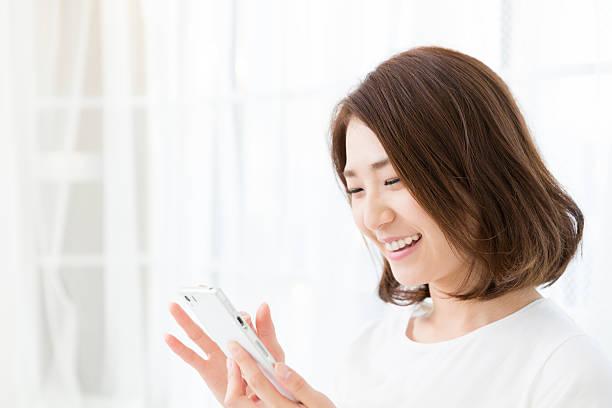 女性のスマートフォンを使用して、 ストックフォト