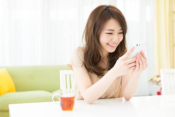 スマートフォンを使う女性 ストックフォト